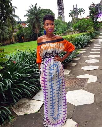 Comment porter: robe longue imprimé tie-dye multicolore, boucles d'oreilles bleues