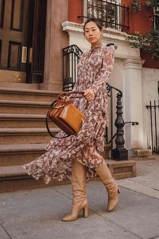 Comment porter: robe longue imprimée cachemire bordeaux, bottes hauteur genou en cuir marron clair, sac fourre-tout en cuir tabac