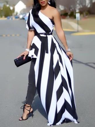 Comment porter une pochette en cuir à clous noire: Essaie d'harmoniser une robe longue à rayures verticales blanche et noire avec une pochette en cuir à clous noire pour une tenue relax mais stylée. Une paire de des sandales à talons en daim noires est une option astucieux pour complèter cette tenue.