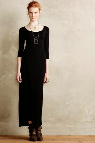 Comment porter une robe longue noire: Opte pour une robe longue noire pour créer un style chic et glamour. Une paire de des bottines en daim marron foncé est une option avisé pour complèter cette tenue.