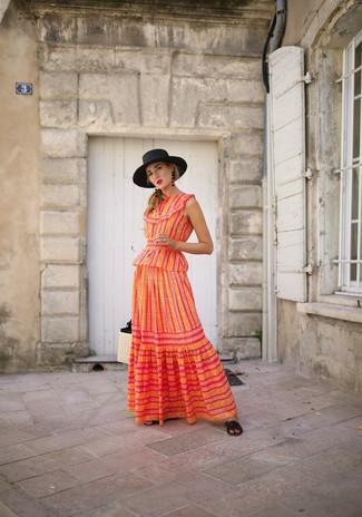 Comment porter: robe longue à rayures verticales orange, sandales plates en cuir noires, sac fourre-tout de paille beige, chapeau de paille noir