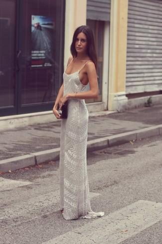 Comment porter: robe longue ornée de perles grise, pochette en cuir noire