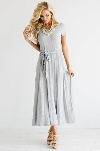 Comment porter: robe longue plissée grise, sandales à talons en cuir beiges, collier de perles blanc