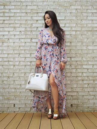 Comment porter: robe longue à fleurs rose, mules en cuir dorées, sac fourre-tout en cuir blanc, collier blanc