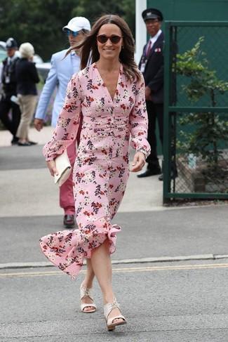 Comment porter: robe longue en soie à fleurs rose, sandales à talons en cuir blanches, pochette en cuir blanche, lunettes de soleil bordeaux