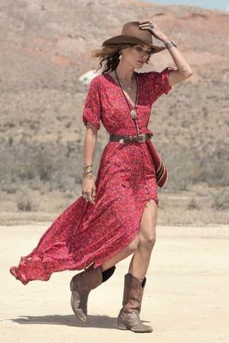 Comment porter: robe longue à fleurs rouge, bottes western en cuir marron, chapeau en laine marron, ceinture en cuir marron foncé
