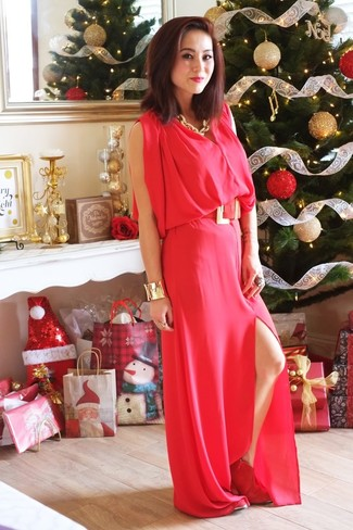 Comment porter: robe longue rouge, bottines en daim rouges, collier doré, bracelet doré