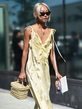 Comment porter: robe longue en satin jaune, sac à main de paille beige, lunettes de soleil noires, pendentif doré