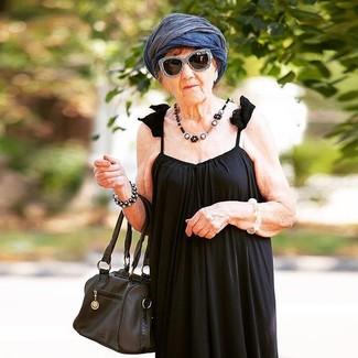 Comment porter: robe longue plissée noire, sac fourre-tout en cuir noir, écharpe légère bleu marine, lunettes de soleil noires et blanches