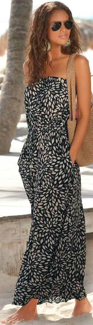 Comment porter: robe longue imprimée noire, sac fourre-tout en crochet marron clair, lunettes de soleil dorées, bijou de tête doré