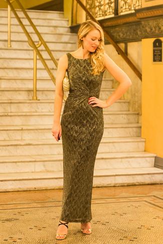 Comment porter: robe longue dorée, sandales à talons en cuir noir et doré, pochette dorée, boucles d'oreilles dorées