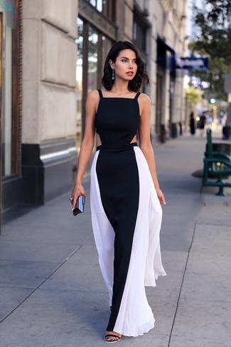 Comment porter: robe longue noire et blanche, sandales à talons en daim noires, pochette noire, boucles d'oreilles vertes