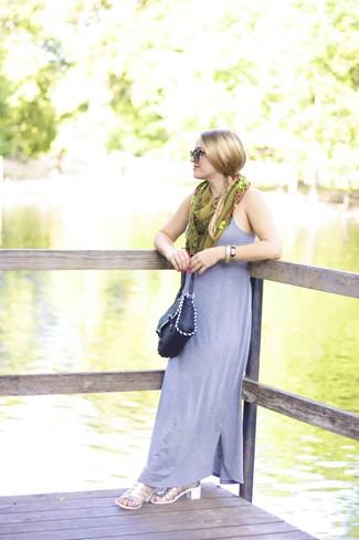 Comment porter: robe longue grise, sandales à talons en cuir argentées, sac bandoulière en cuir noir, écharpe en soie imprimée olive