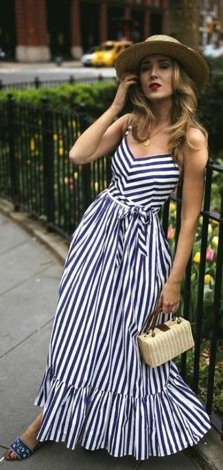 Comment porter une pochette de paille beige: Essaie d'harmoniser une robe longue à rayures verticales blanc et bleu marine avec une pochette de paille beige pour une tenue relax mais stylée. Une paire de des sandales plates en toile bleu marine est une option astucieux pour complèter cette tenue.