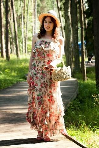 Comment porter: robe longue à fleurs beige, sandales plates en cuir blanches, sac à main de paille beige, chapeau de paille beige