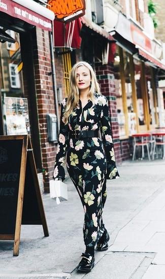 Comment porter: robe longue à fleurs noire, slippers en cuir noirs, sac à main en cuir blanc, ceinture serre-taille en cuir noire