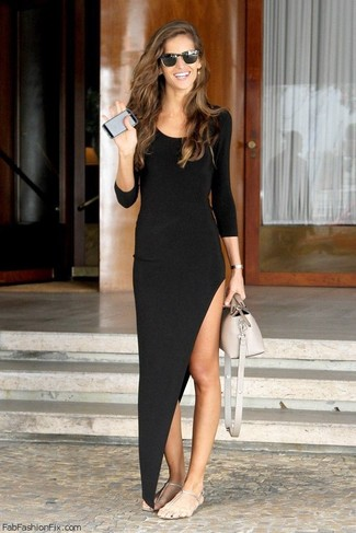 Comment porter: robe longue fendue noire, tongs argentées, sac à main en cuir beige, lunettes de soleil noires