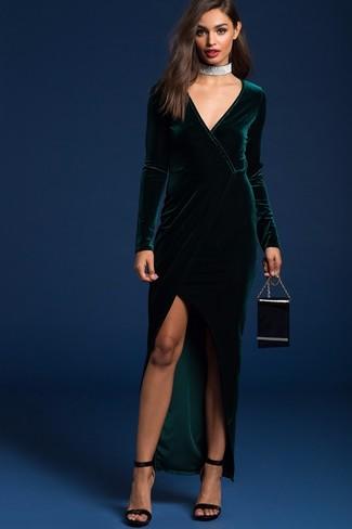 Comment porter: robe longue en velours fendue vert foncé, sandales à talons en velours noires, pochette en cuir noire, collier ras de cou argenté