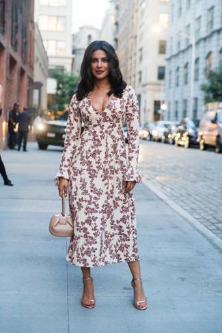 Comment porter: robe midi à fleurs blanc et rouge, sandales à talons en cuir dorées, sac à main en cuir beige