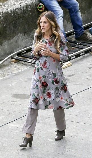 Comment porter: robe midi à fleurs grise, pantalon flare gris, bottines à lacets en cuir gris foncé