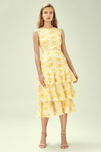 Comment porter: robe midi à fleurs jaune, sandales à talons en cuir beiges, boucles d'oreilles dorées
