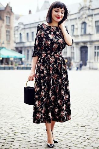 Comment porter: robe midi à fleurs noire, escarpins en cuir noirs, sac à main en daim noir