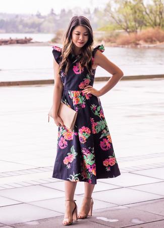 Comment porter: robe midi à fleurs noire, sandales à talons en cuir marron clair, pochette en cuir beige