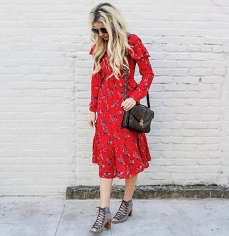 Comment porter: robe midi à fleurs rouge, bottines à lacets en daim découpées grises, cartable en cuir imprimé marron foncé