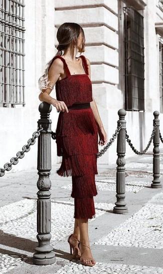 Comment porter: robe midi à franges rouge, sandales à talons en cuir marron clair