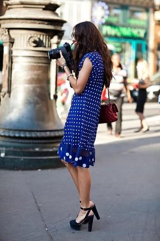 Comment porter: robe midi á pois bleue, sandales à talons en daim noires, sac bandoulière en cuir matelassé bordeaux