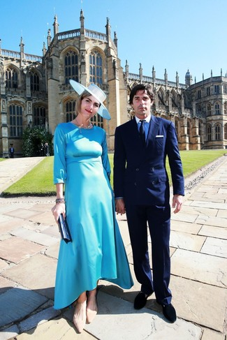 Comment porter: robe midi en satin turquoise, ballerines en daim marron clair, pochette en cuir bleu marine, chapeau bleu clair