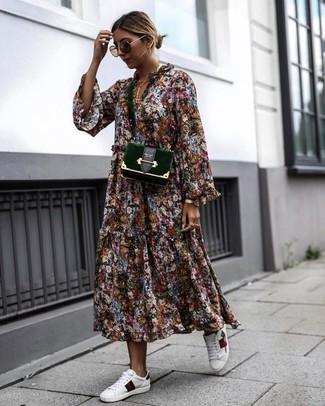Essaie de marier une robe midi à fleurs multicolore avec une montre dorée pour une tenue idéale le week-end. Une paire de des baskets basses en cuir blanches apportera un joli contraste avec le reste du look.