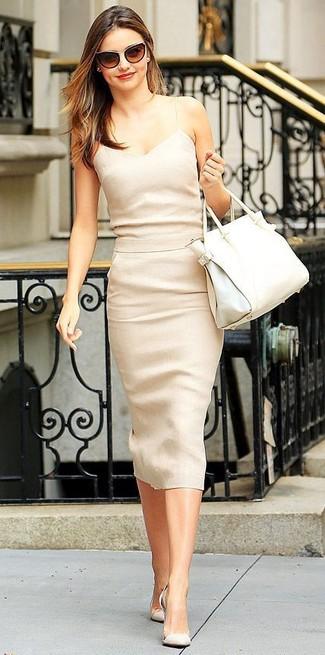 Les journées chargées nécessitent une tenue simple mais stylée, comme une robe midi beige. Jouez la carte classique pour les chaussures et termine ce look avec une paire de des escarpins en daim beiges.