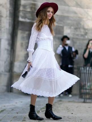 Comment porter: robe midi en chiffon blanche, bottes western en cuir noires, sac à main en cuir noir, chapeau en laine bordeaux