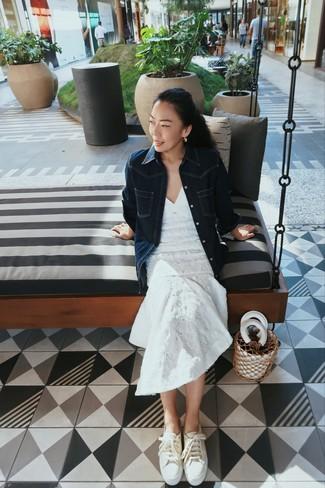 Comment porter: robe midi en dentelle blanche, chemise en jean bleu marine, baskets basses en toile beiges, sac bourse en cuir blanc