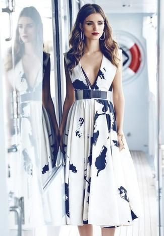57a7d3f039652 Comment porter  robe midi imprimée blanche et noire, ceinture serre-taille  argentée,