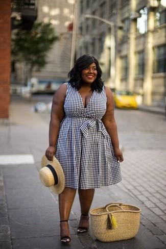 Comment porter: robe midi en vichy blanche et noire, sandales à talons en daim noires, sac fourre-tout de paille marron clair, chapeau de paille marron clair