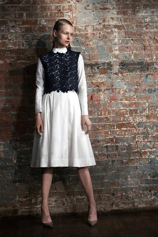 Essaie de marier une robe midi blanche avec un top court en dentelle bleu marine pour affronter sans effort les défis que la journée te réserve. Complète ce look avec une paire de des escarpins en cuir olive.