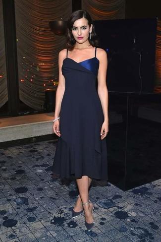 Comment porter: robe midi en chiffon bleu marine, escarpins en cuir argentés, bracelet gris, boucles d'oreilles argentées