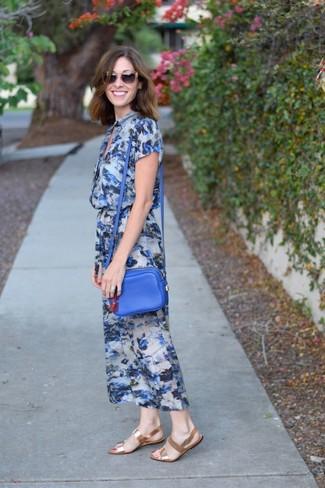Comment porter: robe midi à fleurs bleue, sandales plates en cuir dorées, sac bandoulière en cuir bleu, lunettes de soleil marron