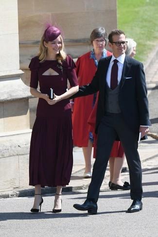 Comment porter: robe midi plissée bordeaux, escarpins en daim bordeaux, chapeau orné bordeaux, broche transparente