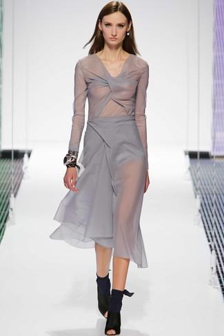Comment porter: robe midi en chiffon grise, bottines en daim découpées noires