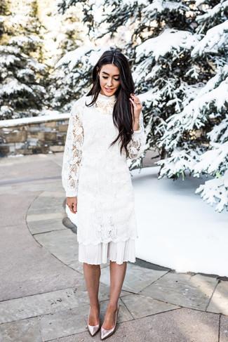 Comment porter: robe midi en crochet blanche, escarpins en cuir argentés
