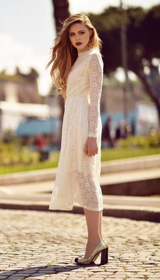 Pense à opter pour une robe midi en dentelle blanche pour créer un style chic et glamour. Choisis une paire de des escarpins pailletés dorés pour afficher ton expertise vestimentaire.