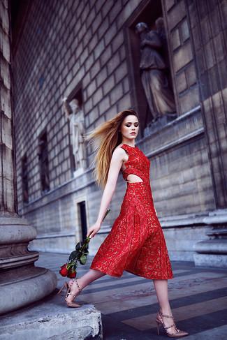 Comment porter: robe midi en dentelle rouge, escarpins en cuir pourpres