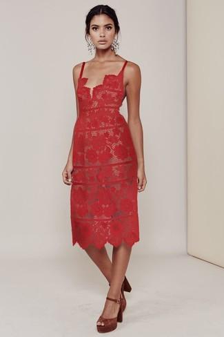 Comment porter: robe midi en dentelle rouge, escarpins en daim marron, boucles d'oreilles blanches