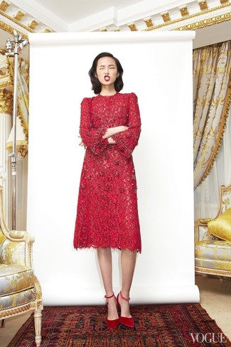 Comment porter: robe midi en dentelle rouge, escarpins en daim rouges