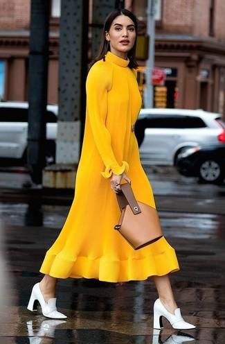 Comment porter: robe midi en laine en tricot moutarde, escarpins en cuir blancs, pochette en cuir marron clair