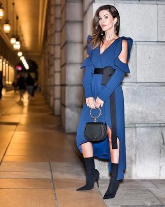 Comment porter des bottines élastiques noires: Porte une robe midi en soie bleu marine pour créer un style chic et glamour. Une paire de des bottines élastiques noires est une option génial pour complèter cette tenue.