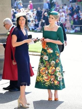 Comment porter: robe midi brodée vert foncé, escarpins en daim orange, pochette en cuir orange, chapeau orné vert